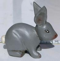 Pequeño conejo de madera