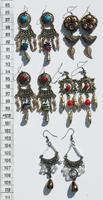 Aretes de metal y cristales