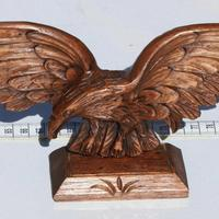 Águila de madera