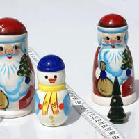Papa Noel, chica de nieve y el arbol