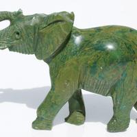 Elefante en piedra verde